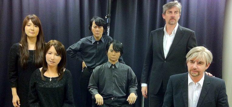 Фото роботов с людьми, по образу которых их создавали. В центре вверху - руководитель Лаборатории Хироси Исигуро. Слева внизу - робот Минами