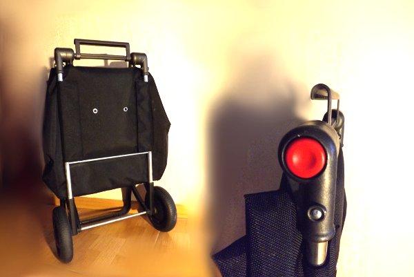 Сумка-тележка LOGIC RG PAC067azul от Rolser в сложенном состоянии со специальным устройством для подвешивания на тележку в супермаркете