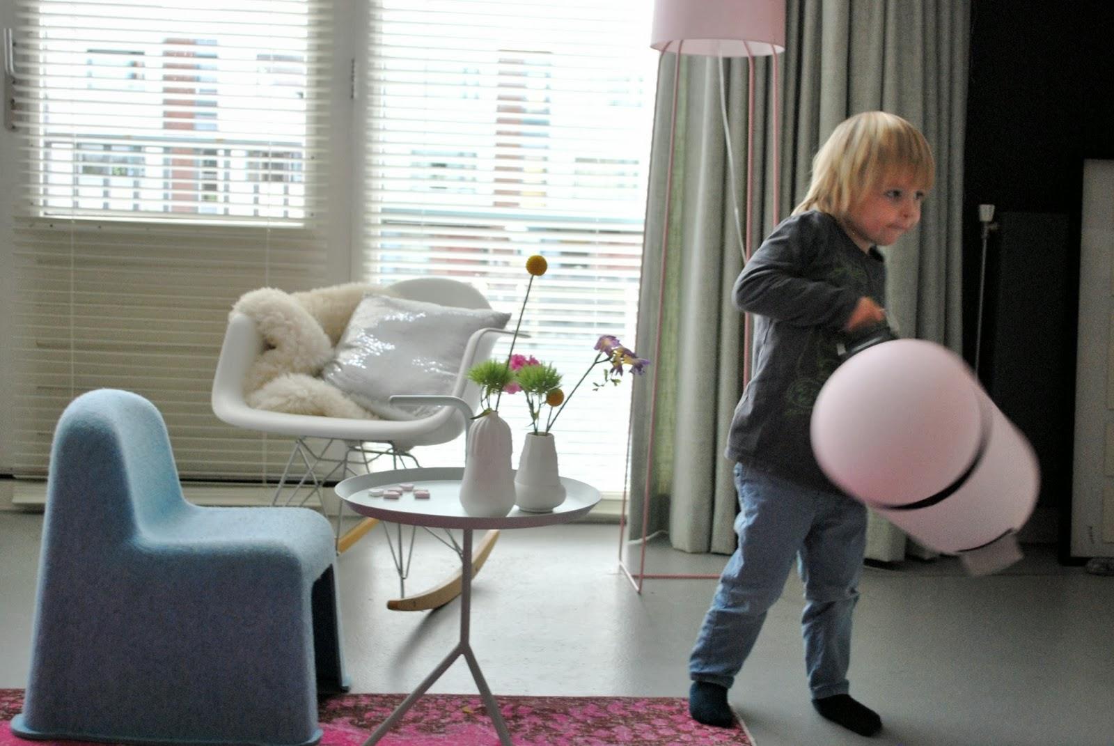 Розовый мусорный бак Brabantia 2013-14 гг. в гостиной