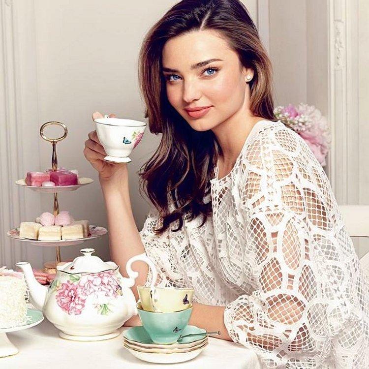 Фарфоровая посуда из коллекции Miranda Kerr for Royal Albert 2014 и сама Миранда Керр. Вид А
