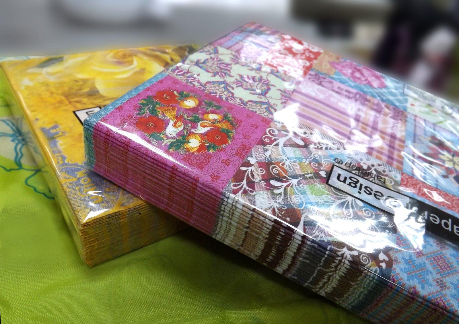 Бумажные салфетки от Paper+Design в прозрачных упаковках с изображениями цветов