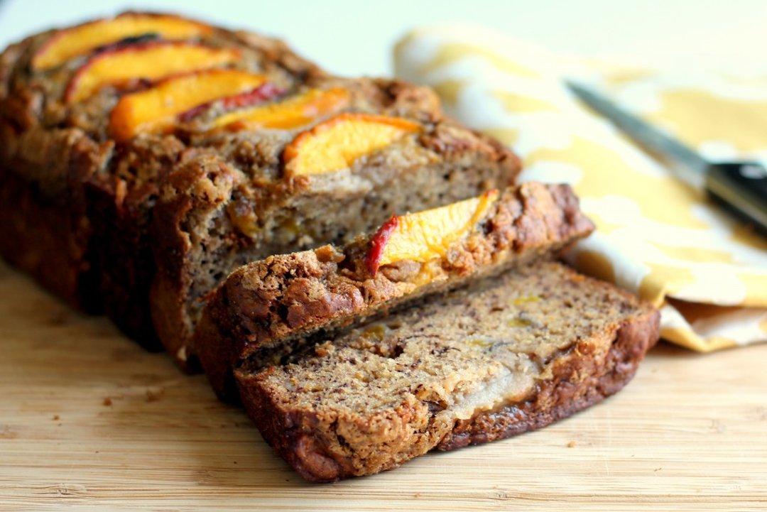 Банановый хлеб, приготовленный с добавлением персиковых ломтиков