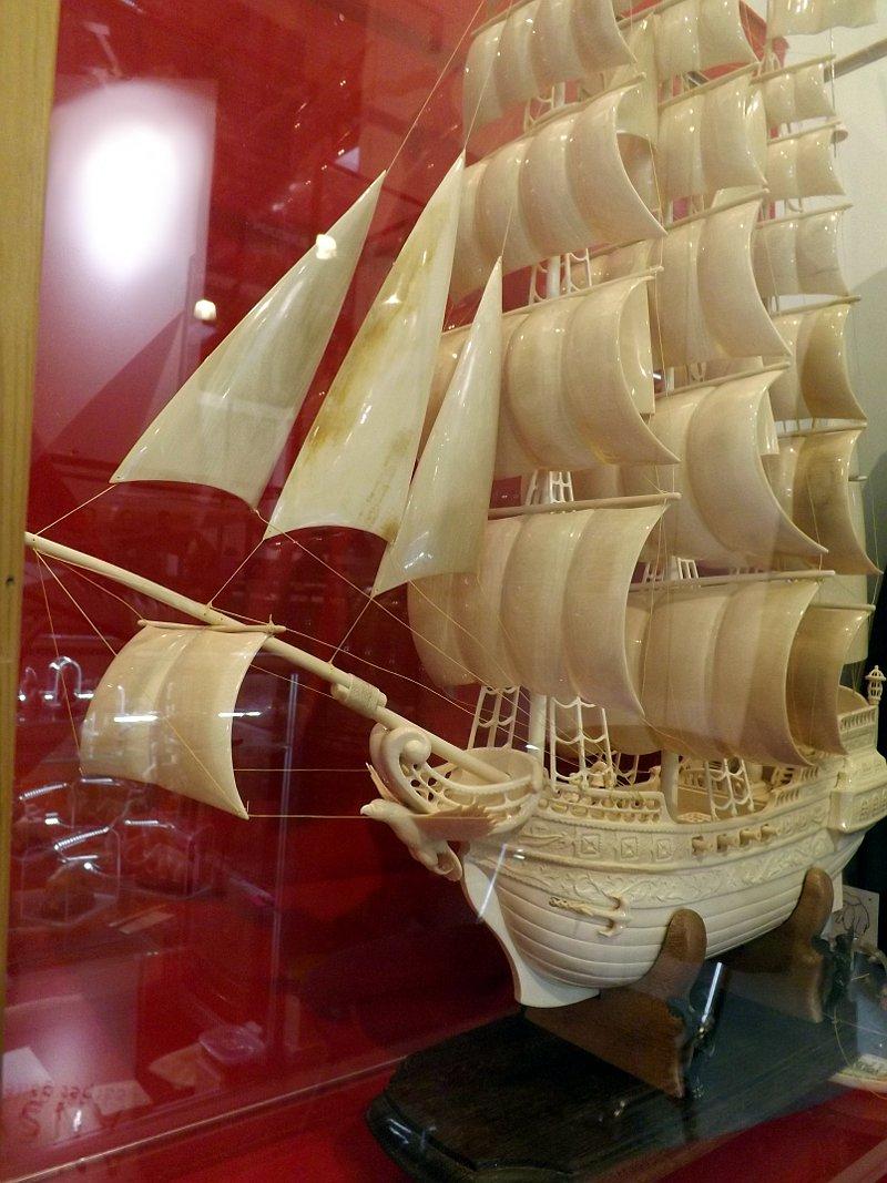Скульптурное изображение парусного судна из кости на выставке LuxuryHITS 2014. Автор: Юрий Бабушкин