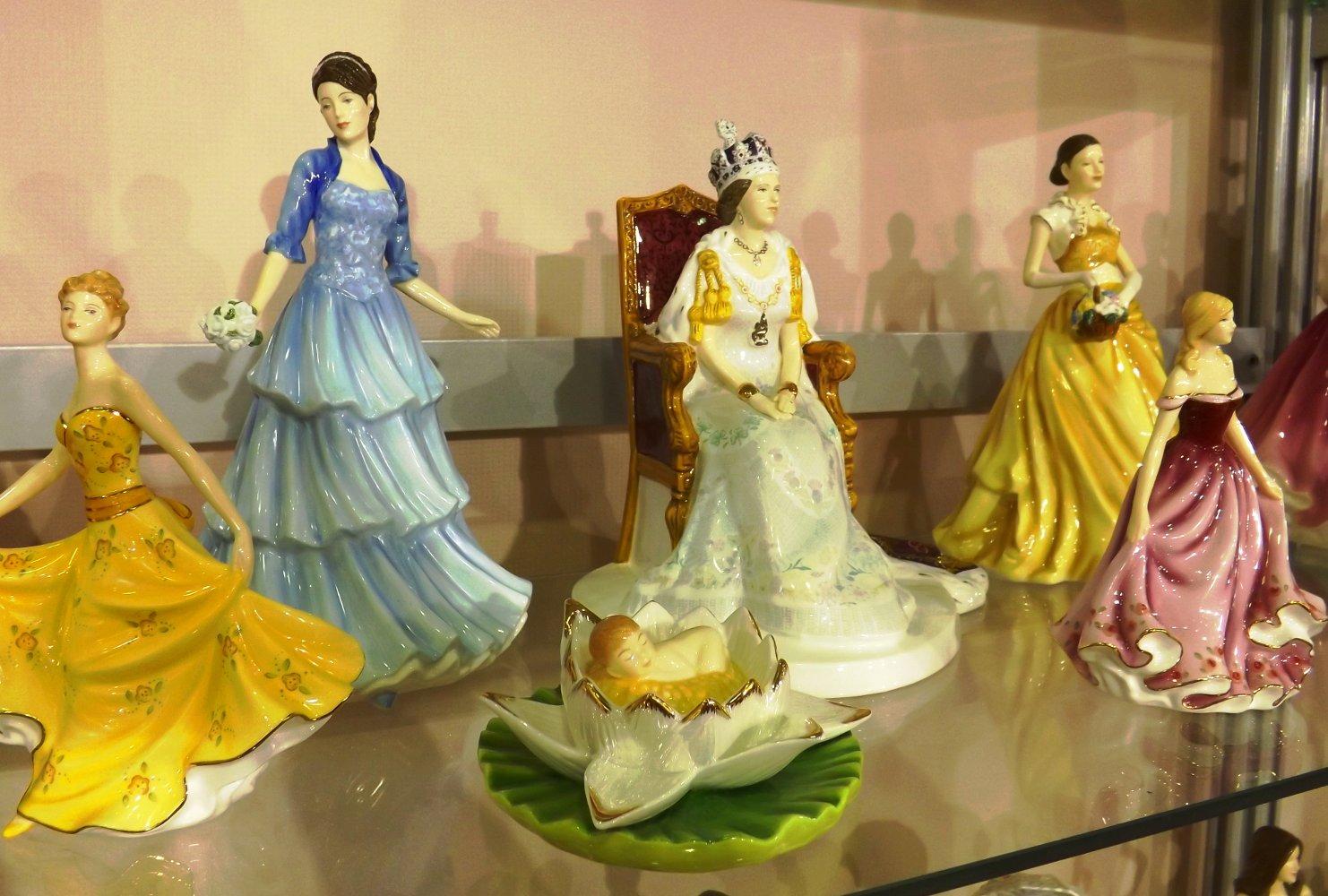 Фарфоровые статуэтки от English Ladies. Выставка HouseHold Expo в Москве, сентябрь 2013 г.