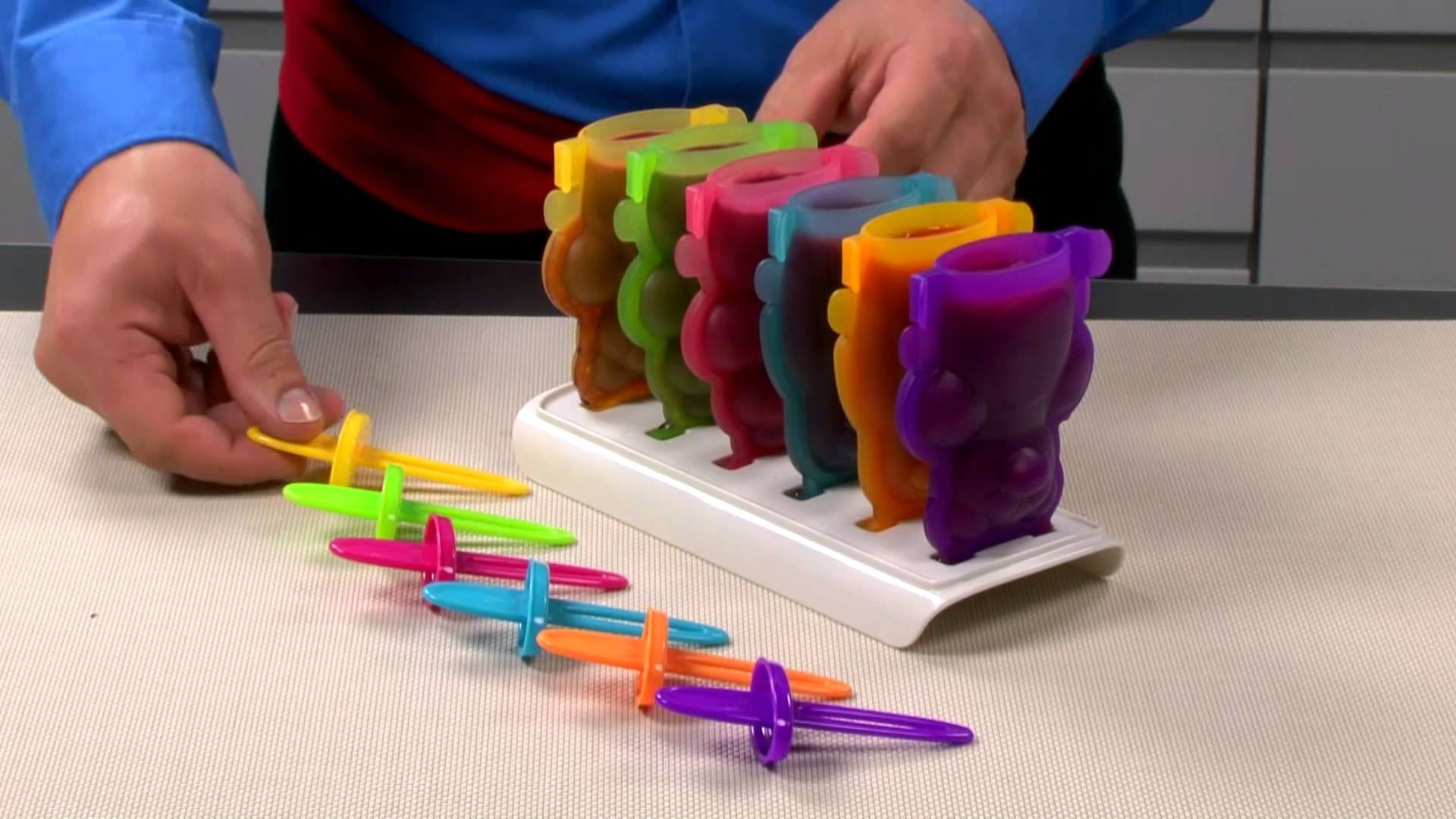 Формочки для домашнего мороженого из серии Tescoma BAMBINI 2014 года: иллюстрация процесса заправки