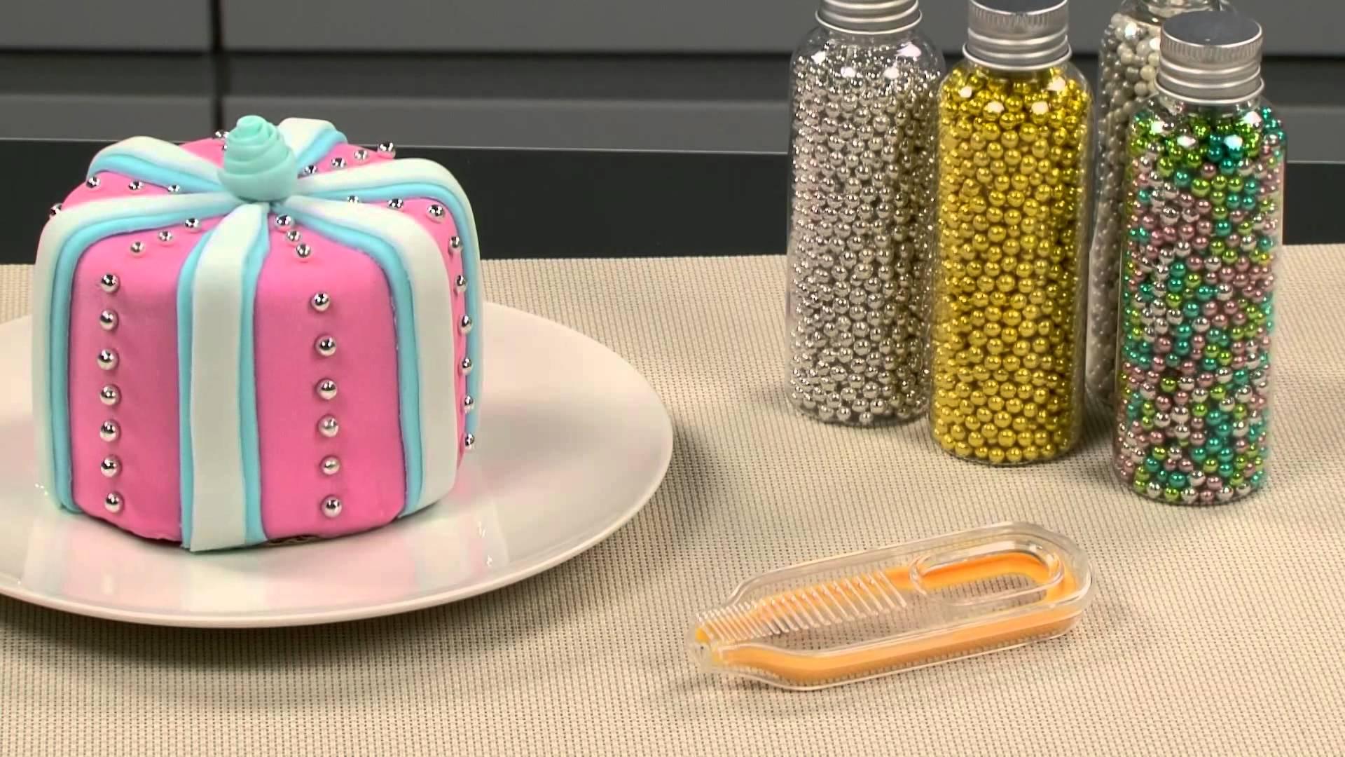 Кондитерская посыпка из блестящих съедобных элементов от Tescoma в упаковках и на тортике