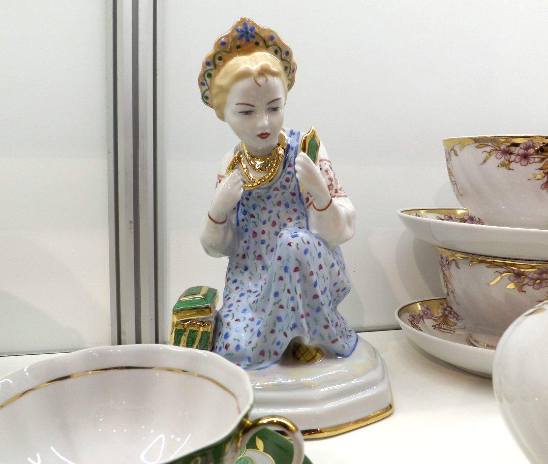 Фигурка на экспозиции посуды и подарков бренда Дулёвский фарфор во время выставки HouseHoldExpo в марте 2016 года