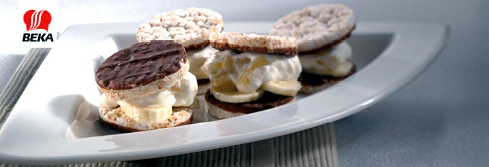 Десерты, сделанные из хлебцев, обмакнутых в какао-глазурь, с бананами и растительным заменителем взбитых сливок