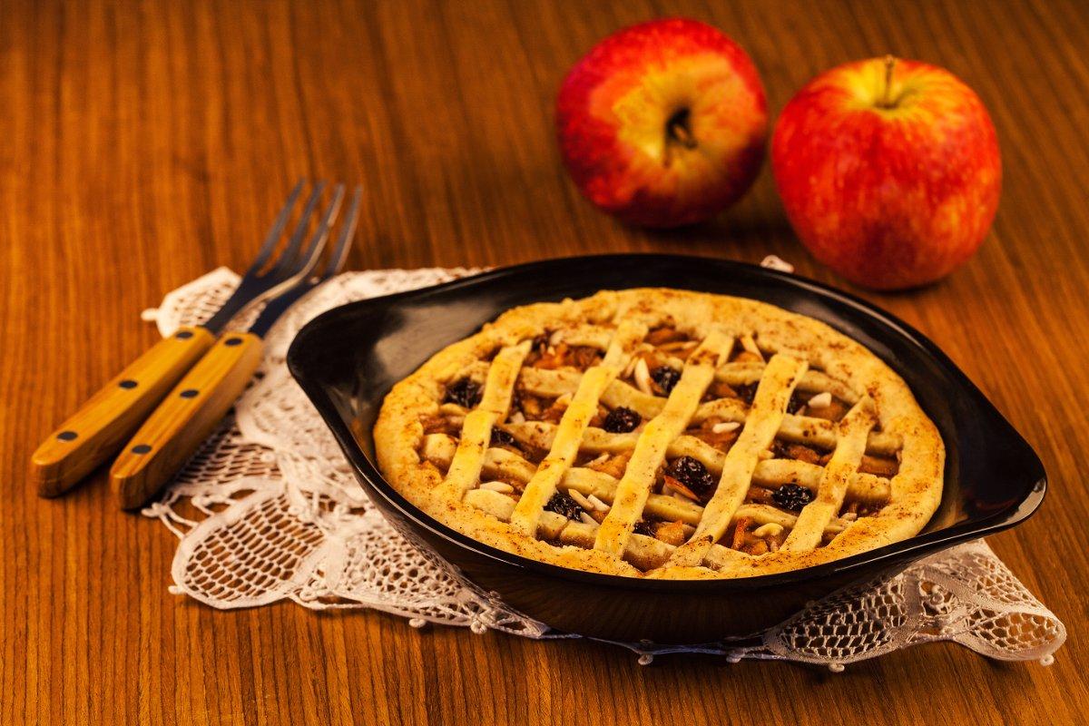 Пирог на керамическом блюде-противне