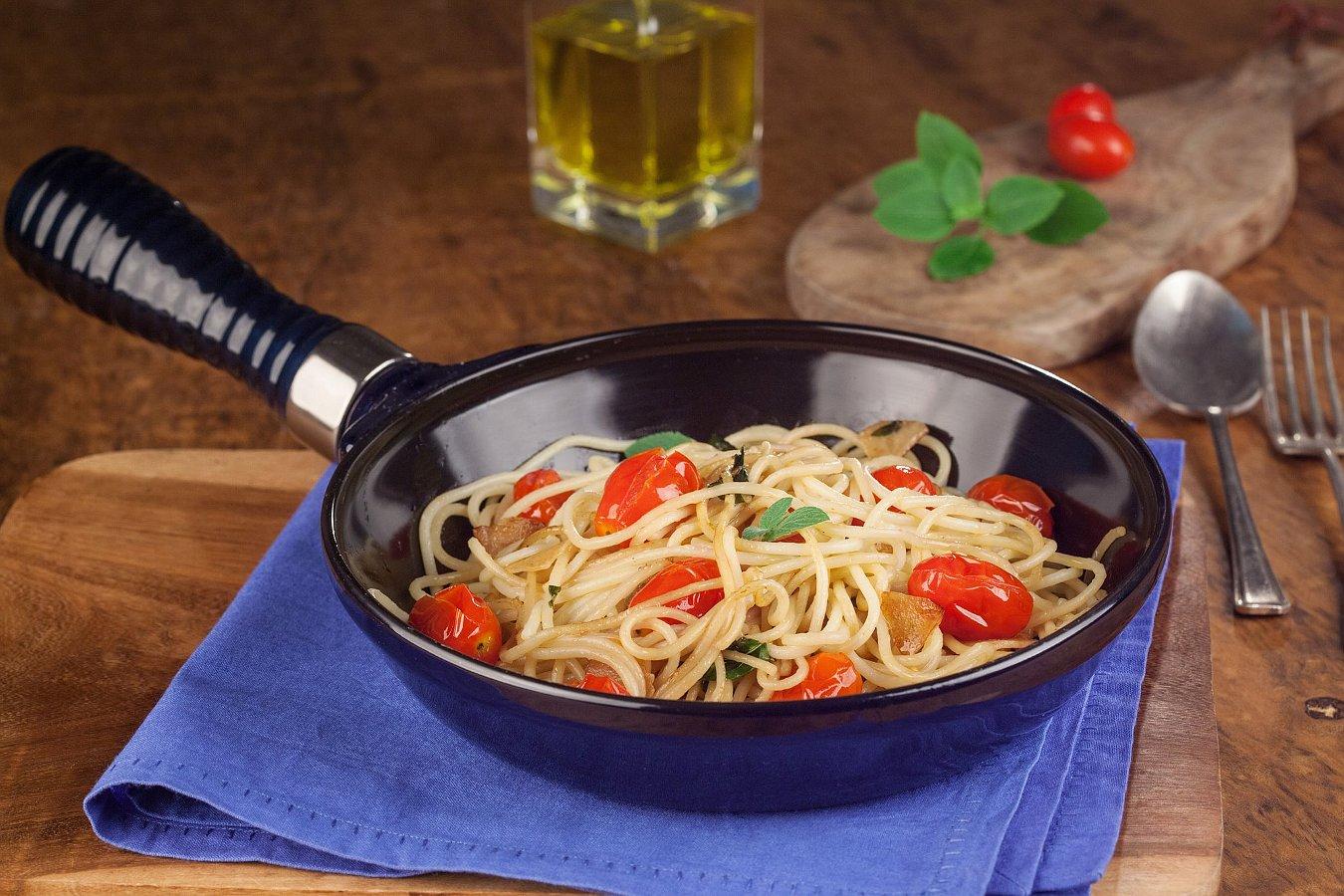 Керамическая сковорода от Ceraflame с блюдом из макарон