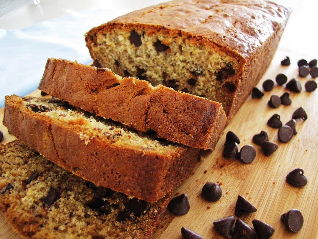 Банановый хлеб, приготовленный с добавлением шоколада