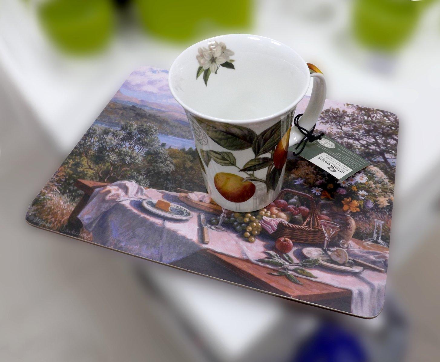Подставка на основе пробкового дерева с изображением накрытого под открытым небом стола и фарфоровая кружка с рисунками яблок от Creative Tops