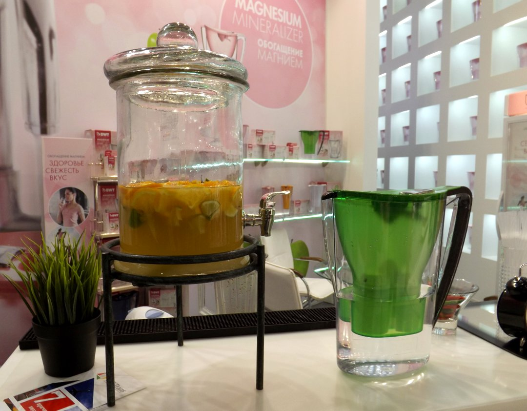 Демонстрация приготовления напитков из обогащённой магнием воды на одной из экспозиций участников выставки HouseHoldExpo в марте 2016 года