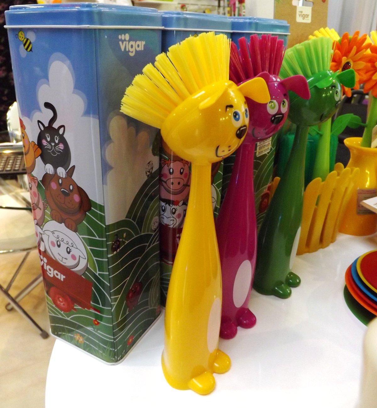 Щётки в форме стилизованных образов собак на экспозиции бренда Vigar во время выставки HouseHoldExpo 2015