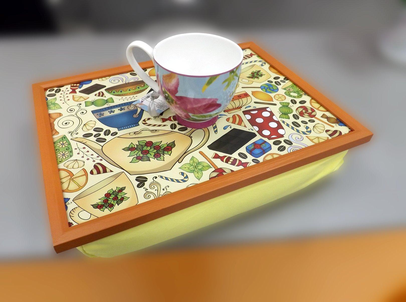 Поднос на подушке со стилизованным рисунком на кондитерскую тему и кружка из костяного фарфора из серии Поэзия & Проза от Top Art Studio
